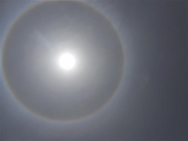 بالصور هالة ضخمة تحيط بقرص الشمس في جدة