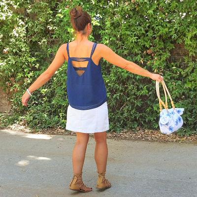 Chica de espaldas con un bolso de granny square flor africana