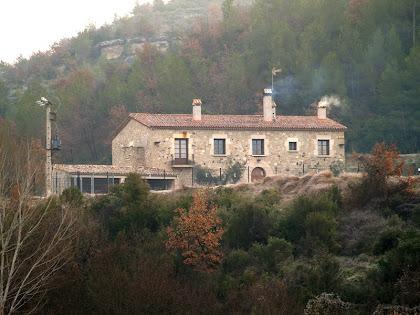 El mas de Les Generes, a l'altra banda del riu i davant la urbanització les Brucardes