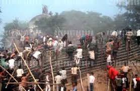 Tabloid itu mengabarkan bahwa kurang lebih 40 orang Hindustan yang bersekongkol merobohkan masjid itu langsung buta