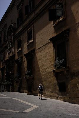 Foto de un Turista en una Calle de Valleta De Turismo en Malta dfhoto Publica tus fotos!