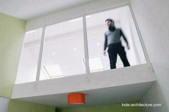 Vista de un ático con ventanas al interior de la casa