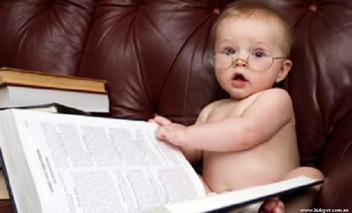 Bébé garçon qui lit un livre