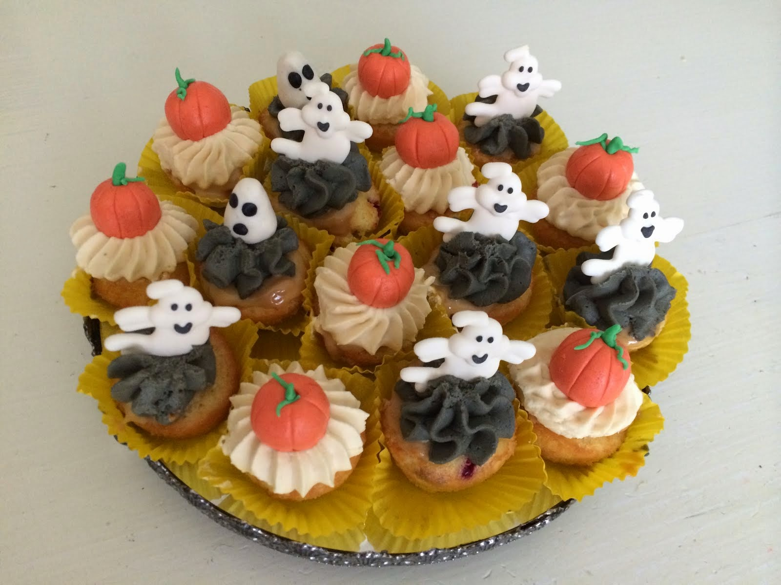 Halloweencupcakes med lakrits hallon och dulce de leche