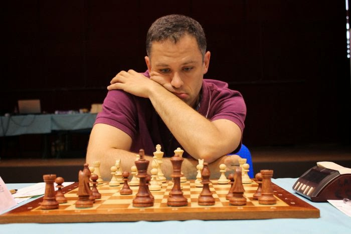 Le grand-maître d'échecs Christian Bauer en pleine concentration lors de la ronde 1 du Master de Montpellier 2014 - Photo © Chess & Strategy
