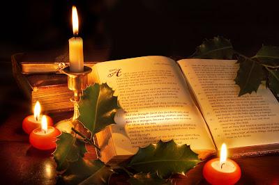 Sagrada Biblia en Navidad con velas encendidas