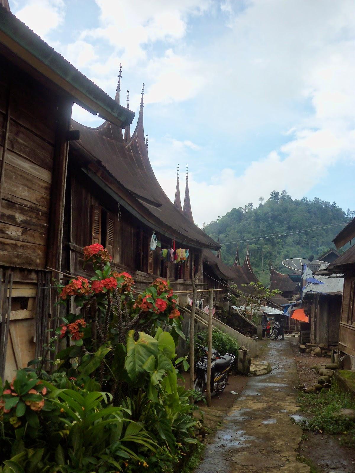 rumah gadang di pemukiman tradisional