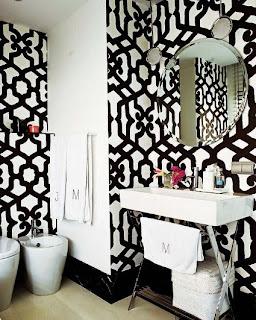 baño en blanco y negro pintura y madera