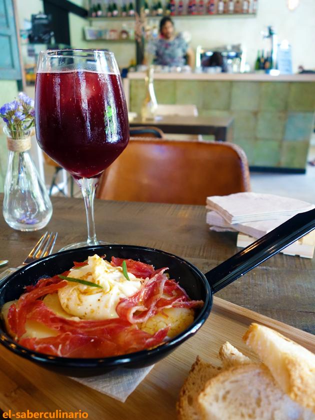 Huevos clandestina con sangría en La Clandestina Cafe