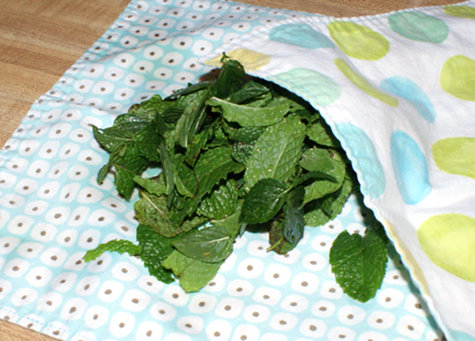 Drying mint leaves with eco-friendly handmade napkins