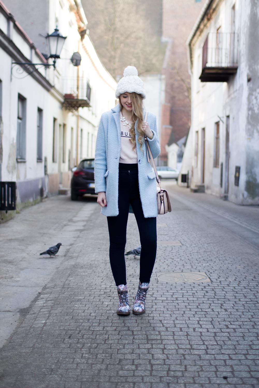 biała czapka beanie z koralikami i pomponem C&A naszyjnik kwiatki baby blue błękitny płaszcz jeansy z wysokim stanem buty w kwiaty blond kręcone włosy na blogu modowym Piotrków Trybunalski