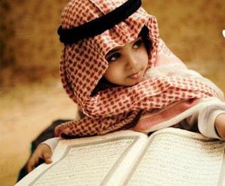 Foto Gambar Anak Muslim Laki-Laki Memegang Alqur'an