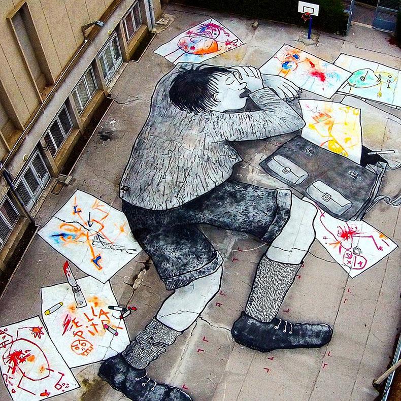 Ella y Pitr crean enorme mural de niño durmiente en patio de escuela
