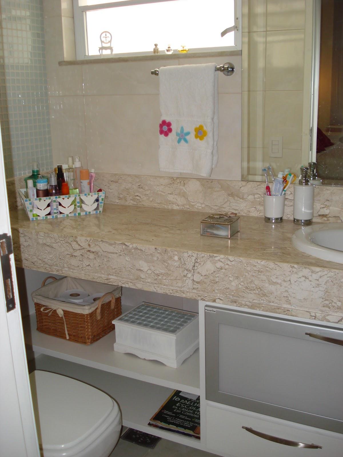 Mais tarde fiz esta caixa branca para guardar as minhas maquiagens e  #62432C 1200x1600 Banheiro Container Bahia