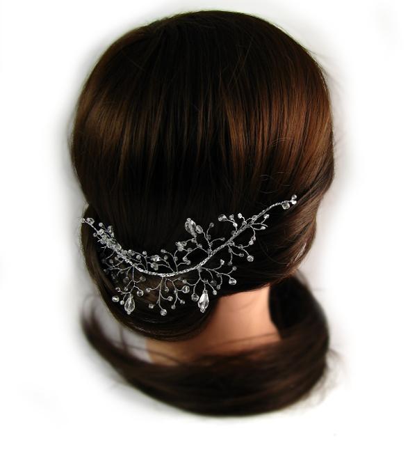 Niskie upięcie włosów na ślubie i stroik ślubny z kryształkami, Airy