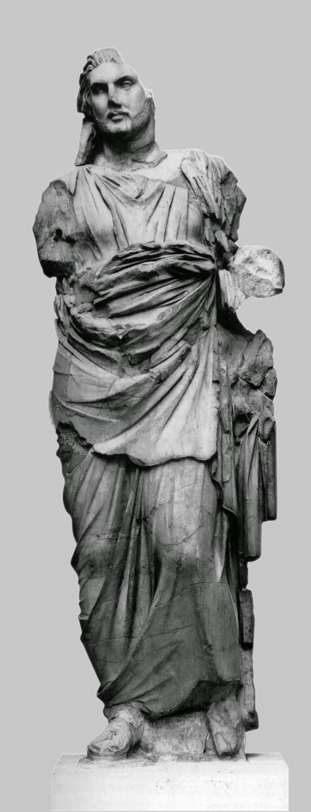 Άγαλμα όρθιου ντυμένου άνδρα από το Μαυσωλείο της Αλικαρνασσού. Λονδίνο, Βρετανικό Μουσείο.