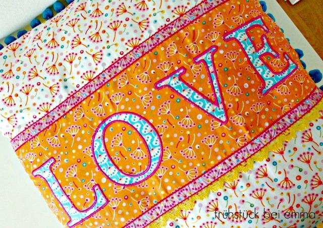Detailansicht Pompom Kissen Love Frühstück bei Emma JinnyJou