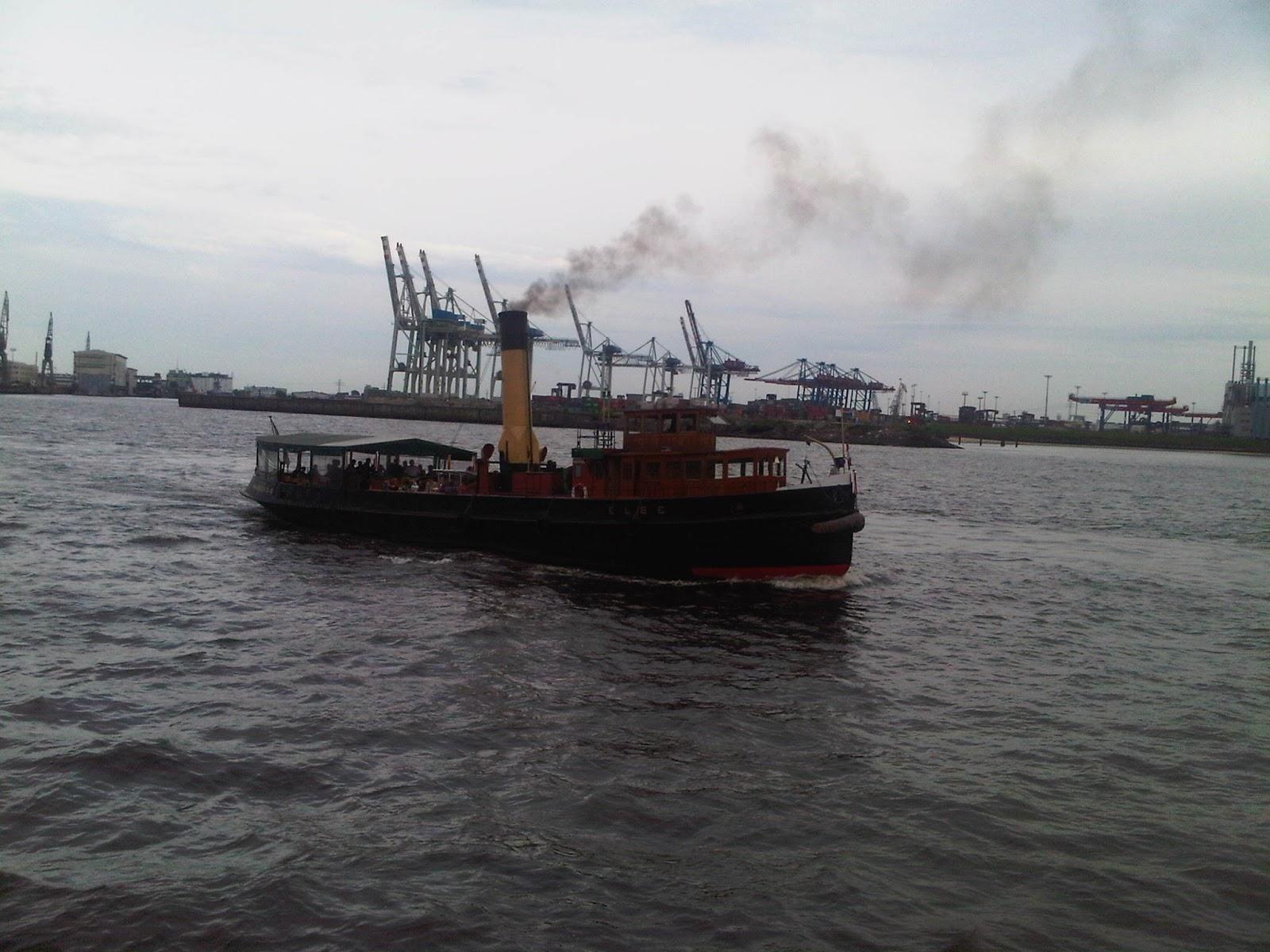 Dampfschiff Elbe im Hamburger Hafen, Schwarzer Rauch aus Schornstein, Kräne im Hintergrund, Wasser