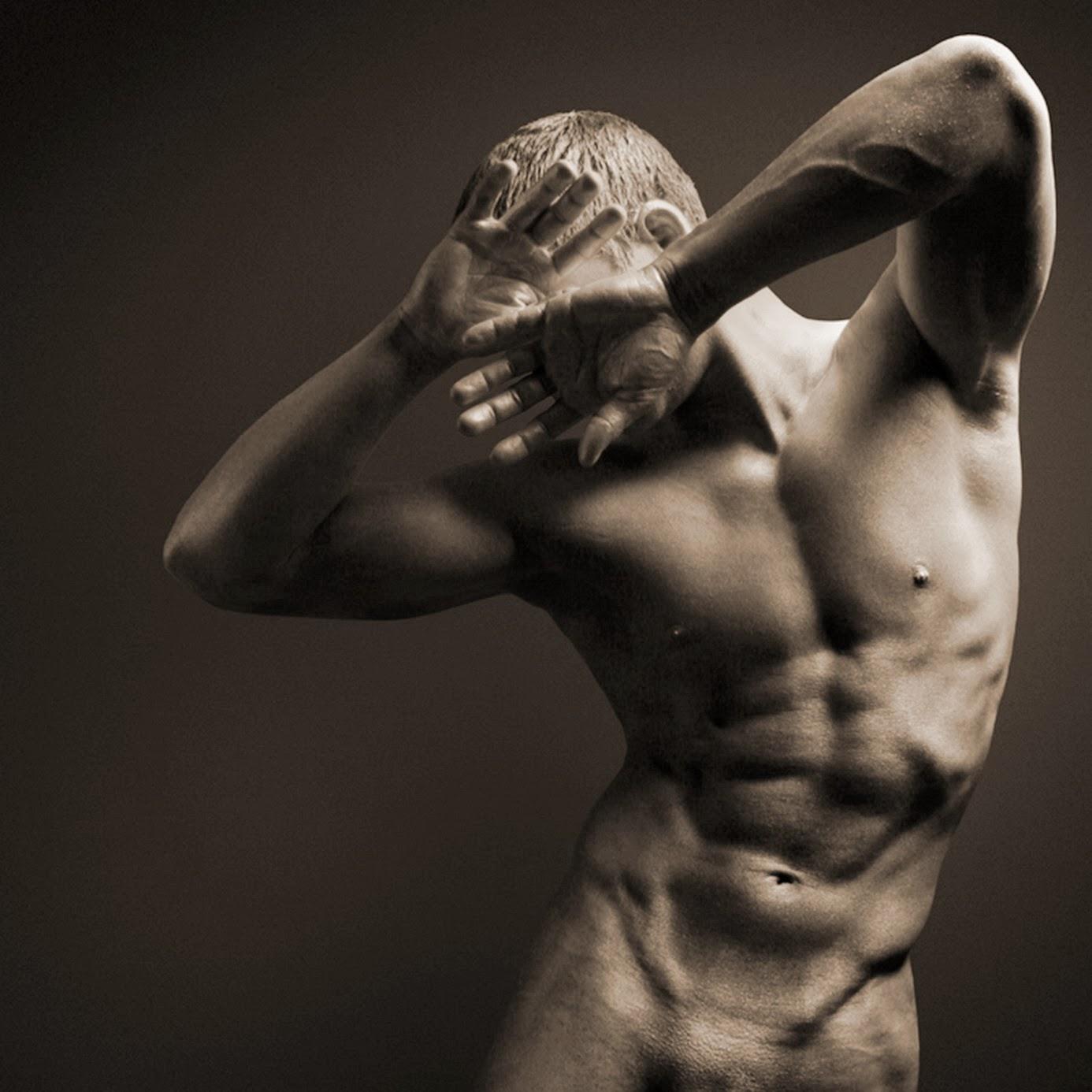 Modelo de hombres desnudos en clase de arte