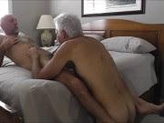 Coroas gays fazendo sexo oral