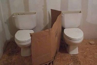 Cloison de WC en carton, intimité relative