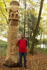 """A Rockenbauer Pál emlékére és a """"...és még egymillió lépés"""" túrának emléket állító műalkotás előtt"""