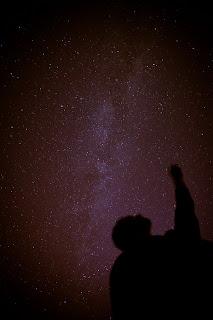 Человек указывает на звезды