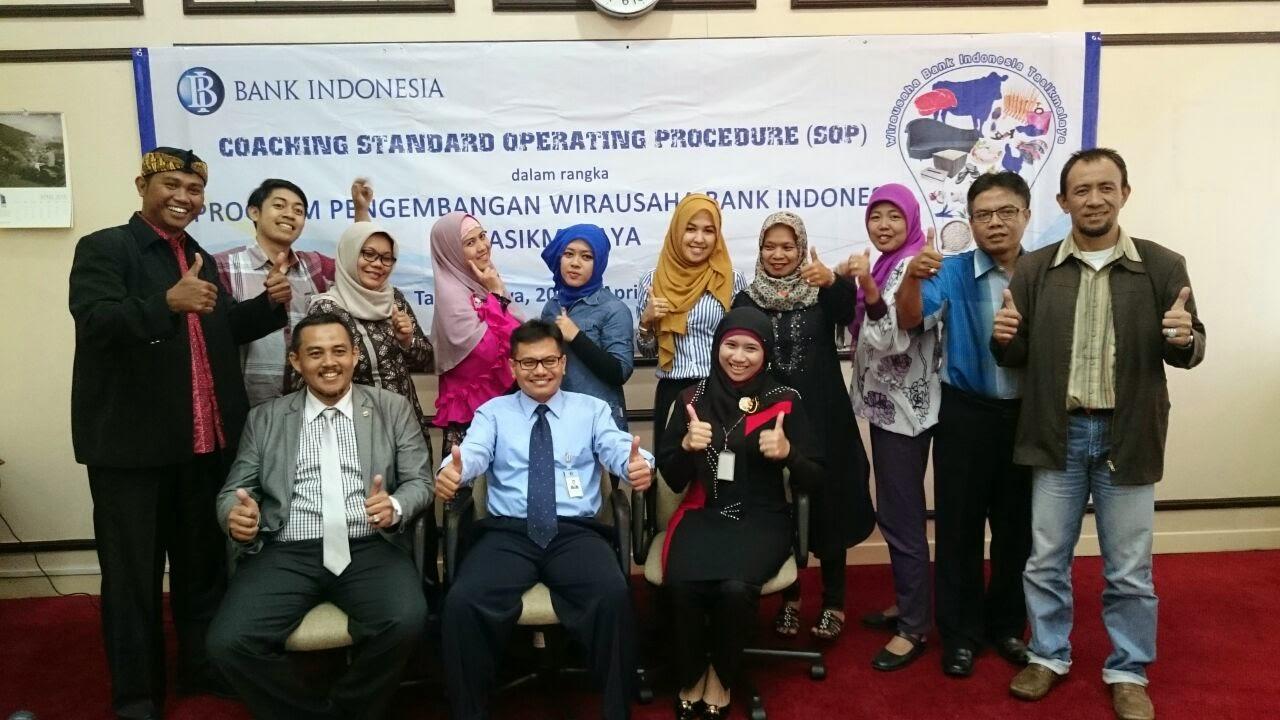 Lukman Setiawan Berpose dengan Kepala Perwakilan Bank Indonesia Tasikmalaya dan seluruh peserta Coaching  Sistemasi bisnis