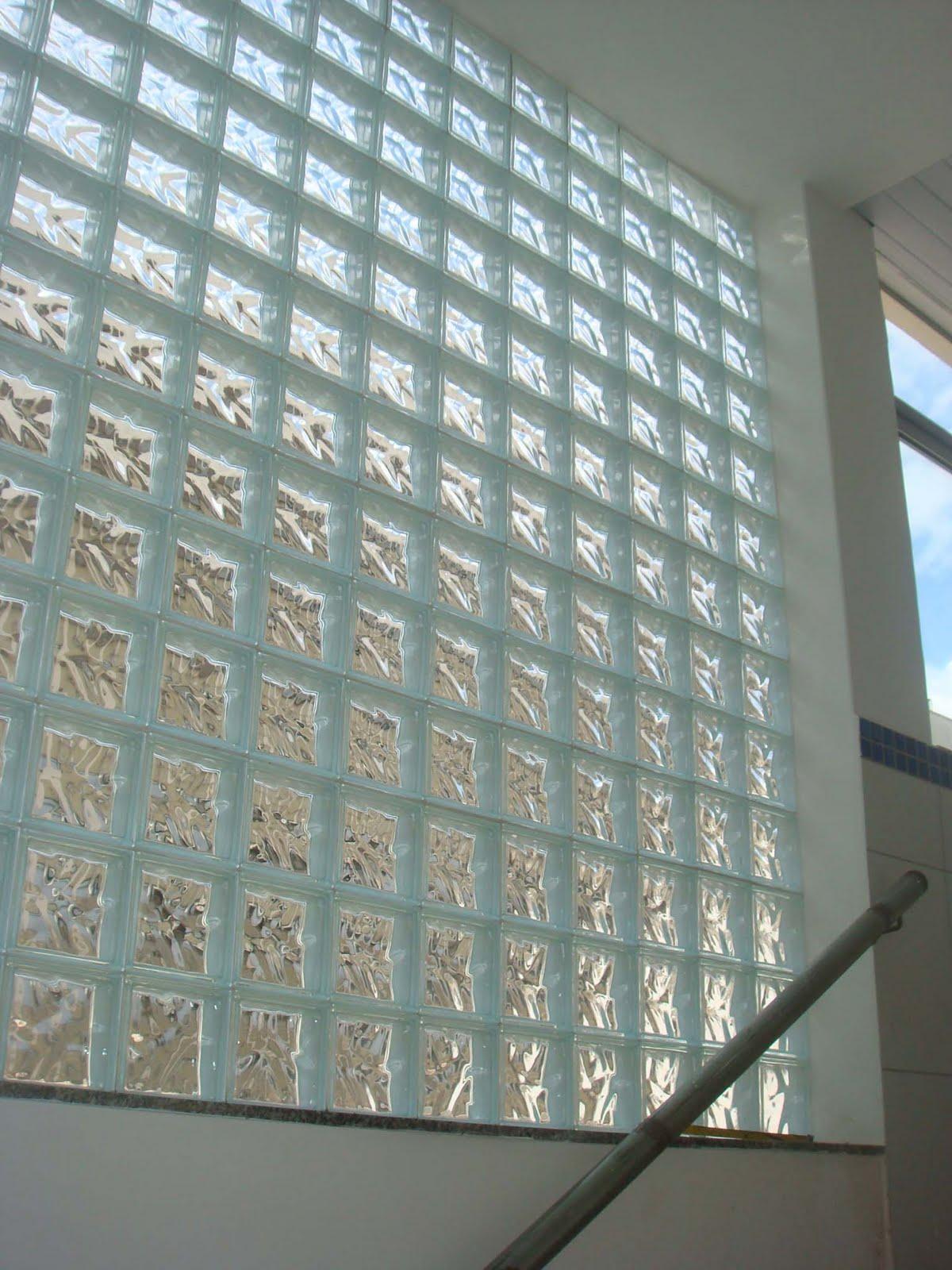 #536F78 Um painel de tijolo de vidro foi colocado na caixa da escada dando um  164 Janelas De Vidro Letra