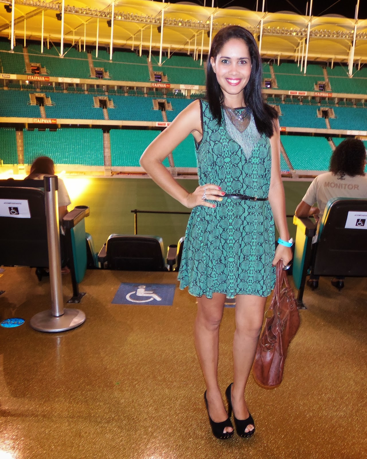 Esse foi  meu look pra prestigiar o 2° dia do Bahia Moda Design que aconteceu na Itaipava Arena Fonte Nova. Um vestidinho básico, mas confortável, que a depender da troca de acessórios pode ir para diversos lugares diferentes e arrasar.