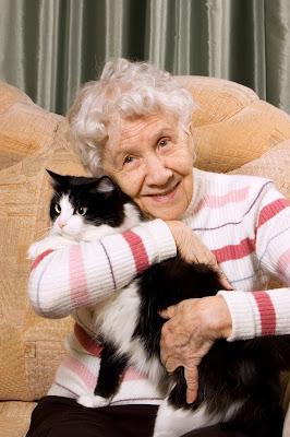 Persona de la tercera edad con su mascota