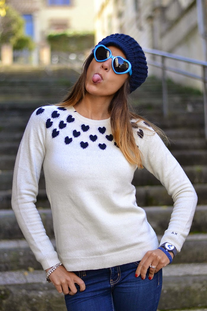 maglione bianco cuori blu