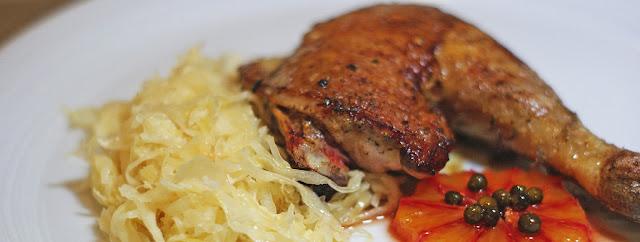 Sauerkraut, dazu Perlhuhn und Blutorange