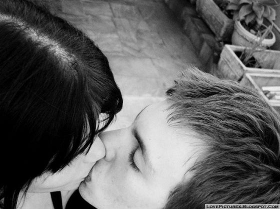 boy and girl kissing black and white № 200601