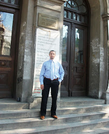 La intrarea în clădirea  Facultăţii de Istorie din Bucureşti...