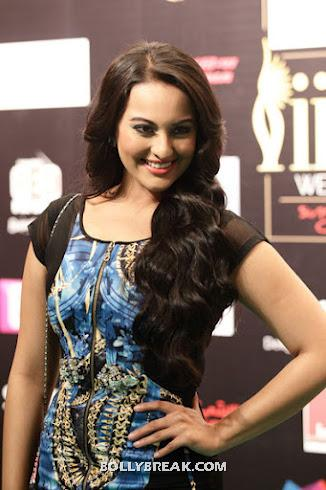 Sonakshi sinha iifa close up pic - Sonakshi Sinha blue and black dress- iifa 2012