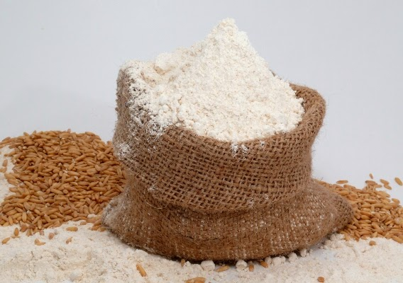 Đắp mặt nạ cám gạo và sữa chua