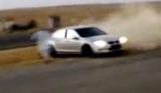 فيديو - شاب يسجد لله بعدما نجى من حادث