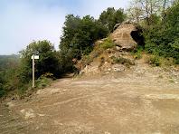 Trencall de l'antic camp de tir on deixem el Sender de les Gorgues i anem cap el barri del Pedró