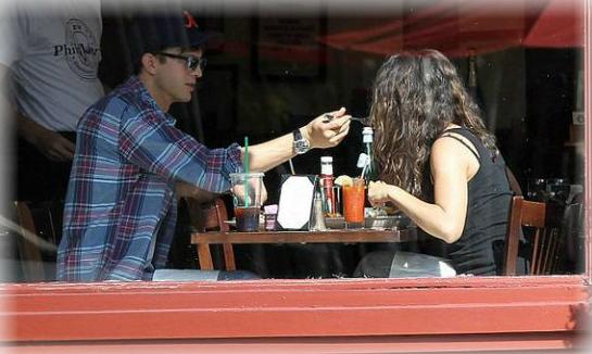 Ashton Kutcher feliz con Mila Kunis
