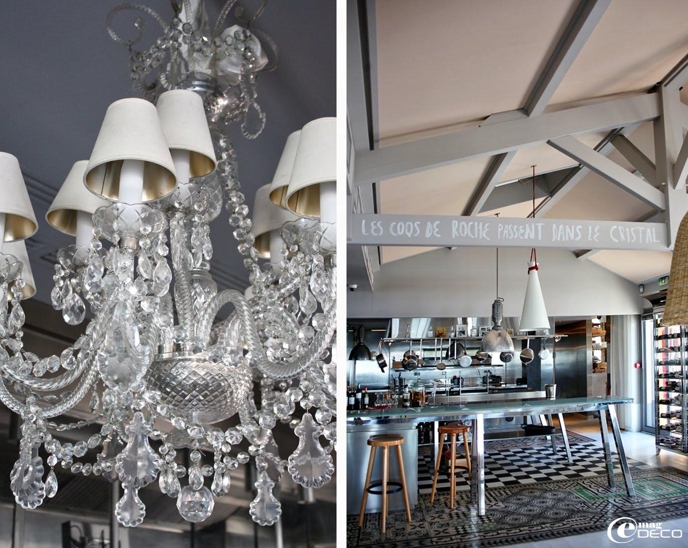 Lustre en cristal suspendu au-dessus de la captain table au centre de la cuisine de la Co(o)rniche à Pyla-sur-Mer