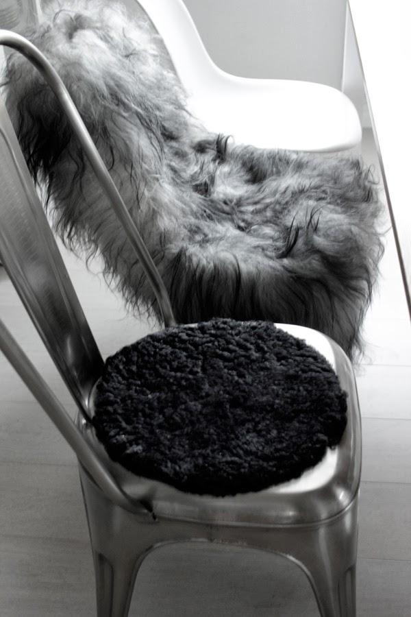 stålstol, stolsdyna av fårskinn, fårskinn på stolar, matsalen, olika varianter av stolar vid matbordet, vitt, grått, svart, reforma, rusta, tips, inredning, dagens tips