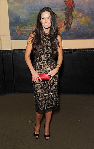 Sur la photo, on peut voir que Demi Moore porte le fameux petit bracelet rouge, symbole de lappartenance au mouvement, que lon obtient pour la coquette