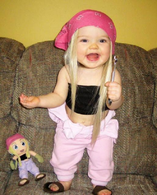 Photos bébés qui sont les sosies de leurs poupées