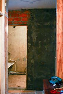 отштукатуренная наружная стена ванной комнаты