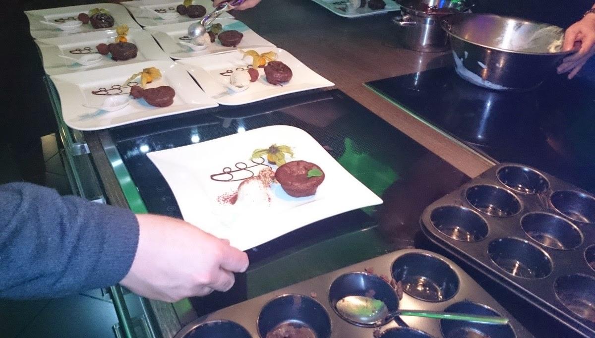 GOURMET-Kochevent Köln: Anrichten des Desserts, warme Schokoküchlein
