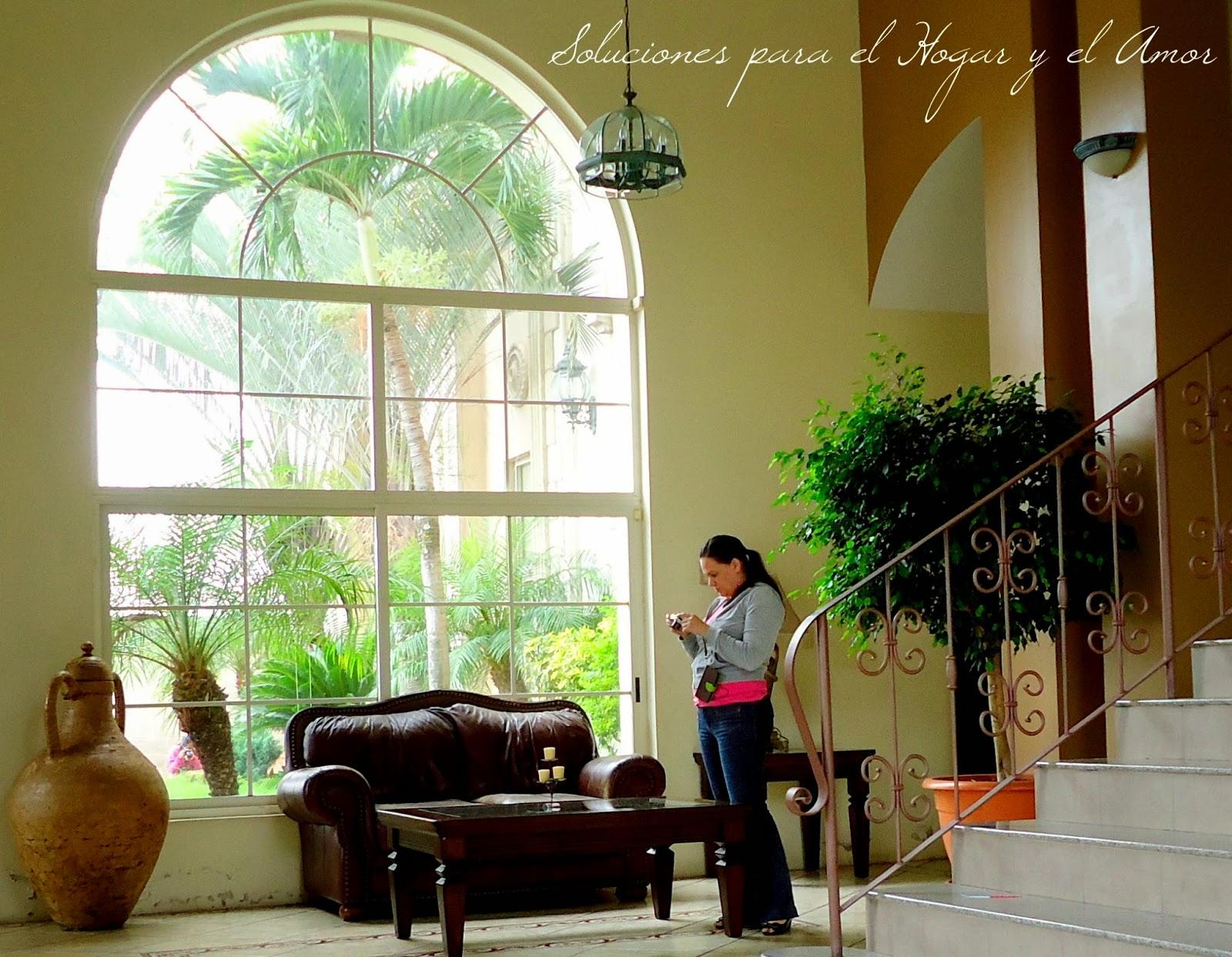 salon, sala, ventanal, sofá, mesa, escalera, jarrón, planta