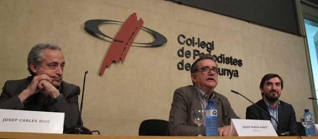 De derecha a izquierda, el director del eldiario.es, Ignacio Escolar, el decano del Col·legi de Periodistes de Catalunya, Josep Maria Martí, y el responsable de la edición catalana del medio digital, Josep Carles Rius.
