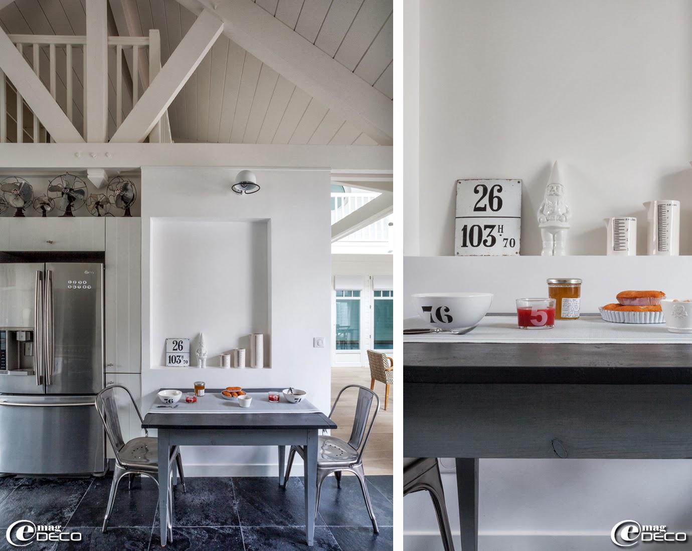 Table, chaises Tolix et lampe Jieldé, chinées chez Metal & Woods', vaisselle, verres numérotés, nain de jardin blanc en provenance de la boutique 'La Vie en Gris Souris' à Montesson