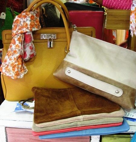 Bolsos y carteras de piel y ante con anilla